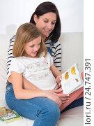 Купить «Reading family», фото № 24747391, снято 1 февраля 2019 г. (c) age Fotostock / Фотобанк Лори