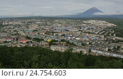 Купить «Petropavlovsk Kamchatsky on the background of Avacha group volcanoes stock footage video», видеоролик № 24754603, снято 10 октября 2016 г. (c) Юлия Машкова / Фотобанк Лори