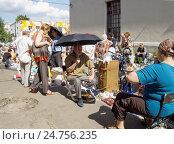 Купить «Блошиный рынок в жаркий день», фото № 24756235, снято 31 июля 2016 г. (c) Павел Кулинич / Фотобанк Лори