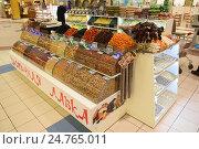Прилавок с орехами, сухофруктами и пряностями в зале торгового центра (2016 год). Редакционное фото, фотограф Юрий Морозов / Фотобанк Лори