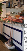 Купить «Рыбный рынок, рыба-меч. Город Тарифа, Испания», фото № 24771175, снято 15 октября 2010 г. (c) Ирина Климкович / Фотобанк Лори