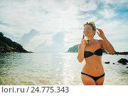 Купить «Девушка в бикини с маской и трубкой для подводного плавания выходит из моря», фото № 24775343, снято 16 декабря 2016 г. (c) Галаганов Дмитрий Александрович / Фотобанк Лори