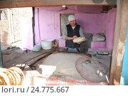 Купить «Пекарь печёт лепешки в тандыре. Киргизия», эксклюзивное фото № 24775667, снято 17 декабря 2016 г. (c) syngach / Фотобанк Лори