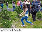 Школьница фотографии цветущий куст на экскурсии в парке (2015 год). Редакционное фото, фотограф Oleksandr Khalimonov / Фотобанк Лори