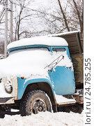 Купить «Старый автомобиль, покрытый снегом», фото № 24785255, снято 17 декабря 2016 г. (c) Дмитрий Брусков / Фотобанк Лори