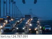 Купить «Большое скопление автомобилей во время перекрытия Большого Каменного моста сотрудниками ДПС в центре города Москвы, Россия», фото № 24787091, снято 28 декабря 2016 г. (c) Николай Винокуров / Фотобанк Лори