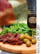 Купить «Мясо, оливки и вино», фото № 24787287, снято 13 декабря 2013 г. (c) Ирина Климкович / Фотобанк Лори