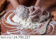 Приготовление теста для выпечки вручную. Стоковое фото, фотограф Igor Sirbu / Фотобанк Лори