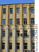 Купить «Пятиэтажный кирпичный жилой дом, построенный в 1905 году. Народная улица, 8. Таганский район. Москва», эксклюзивное фото № 24794811, снято 7 декабря 2016 г. (c) lana1501 / Фотобанк Лори
