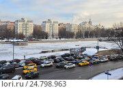 Купить «Плотное движение на Космодамианской набережной в Москве», эксклюзивное фото № 24798963, снято 13 декабря 2016 г. (c) lana1501 / Фотобанк Лори
