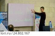 Купить «Студент демонстрирует реализованный проект на большом экране», видеоролик № 24802167, снято 26 декабря 2016 г. (c) FMRU / Фотобанк Лори
