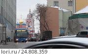 Купить «Транспорт двигается в разном направлении, улица Варварка, Москва», эксклюзивный видеоролик № 24808359, снято 3 января 2017 г. (c) Дмитрий Неумоин / Фотобанк Лори