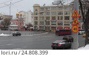 Купить «Москва, автомобильные знаки предупреждающие о снижении скорости на Славянской площади», эксклюзивный видеоролик № 24808399, снято 3 января 2017 г. (c) Дмитрий Неумоин / Фотобанк Лори