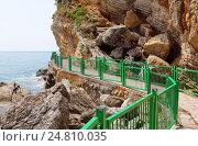 Купить «Пешая дорожка вроль скал, ведущая на пляж Mogren в городе Будва, Черногория», эксклюзивное фото № 24810035, снято 13 апреля 2016 г. (c) Артём Крылов / Фотобанк Лори