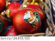 Купить «Новогодняя елочная игрушка с символом 2017 года - петухом», эксклюзивное фото № 24810103, снято 27 ноября 2016 г. (c) lana1501 / Фотобанк Лори