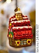 Купить «Новогодняя елочная игрушка в виде домика», эксклюзивное фото № 24810107, снято 27 ноября 2016 г. (c) lana1501 / Фотобанк Лори