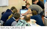 Купить «Студенты демонстрируют разработку во время выполнения задания», видеоролик № 24810311, снято 26 декабря 2016 г. (c) FMRU / Фотобанк Лори
