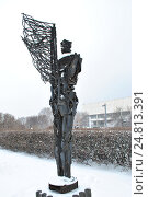 """Купить «Скульптура """"Воин-призрак"""" (скульптор А. С. Григорьев, 1990-е годы, металл) в парке искусств """"Музеон"""" в Москве», эксклюзивное фото № 24813391, снято 3 декабря 2016 г. (c) lana1501 / Фотобанк Лори"""