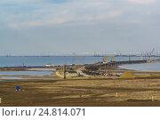 Купить «Грандиозная стройка моста через Керченский пролив со стороны Таманского полуострова. Январь 2017 года», фото № 24814071, снято 4 января 2017 г. (c) Наталья Гармашева / Фотобанк Лори