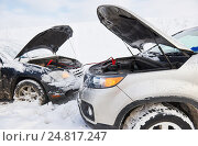 Купить «Charging automobile discharged battery by booster jumper cables at winter», фото № 24817247, снято 5 января 2017 г. (c) Дмитрий Калиновский / Фотобанк Лори