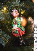 Купить «Новогодняя елочная игрушка на еловых веточках», эксклюзивное фото № 24817251, снято 30 ноября 2016 г. (c) lana1501 / Фотобанк Лори