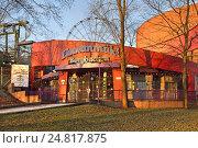 Купить «Парк развлечений Linnanmaki в Хельсинки. Главный вход», фото № 24817875, снято 27 декабря 2016 г. (c) Валерия Попова / Фотобанк Лори