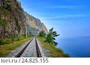 Купить «Однопутная железная дорога на краю берега озера Байкал. Иркутская область», фото № 24825155, снято 30 июля 2016 г. (c) Виктор Никитин / Фотобанк Лори