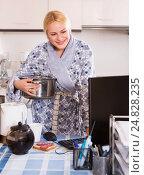 Купить «Housewife working on PC», фото № 24828235, снято 20 июля 2018 г. (c) Яков Филимонов / Фотобанк Лори