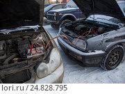 Купить «Зарядка севшего аккумулятора от другой машины в аномально холодную погоду», фото № 24828795, снято 7 января 2017 г. (c) Николай Винокуров / Фотобанк Лори