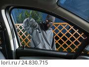 Купить «Гангстер в маске угрожает пистолетом водителю автомобиля», фото № 24830715, снято 11 августа 2016 г. (c) Сергей Лаврентьев / Фотобанк Лори