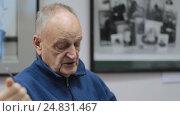 Купить «Балашиха, Картинная галерея. А.Р. Дегтярев дает интервью местному телевидению», эксклюзивный видеоролик № 24831467, снято 8 января 2017 г. (c) Дмитрий Неумоин / Фотобанк Лори