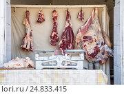 Купить «Продажа мяса на улице с использованием рычажных весов с гирями. Фокус на тушах», фото № 24833415, снято 22 октября 2016 г. (c) Юлия Бабкина / Фотобанк Лори