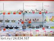 Купить «Кастрюли и сковороды на полках в магазине», фото № 24834167, снято 9 января 2017 г. (c) Victoria Demidova / Фотобанк Лори