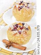 Купить «Яблоки, запеченные с медом и клюквой», фото № 24835979, снято 6 декабря 2015 г. (c) Галина Михалишина / Фотобанк Лори