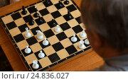 Сhild playing with grandparents in the chess house. Стоковое видео, видеограф Сергей Кальсин / Фотобанк Лори