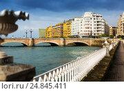 Купить «Embankment of Urumea and Santa Catalina bridge. San Sebastian», фото № 24845411, снято 19 апреля 2019 г. (c) Яков Филимонов / Фотобанк Лори