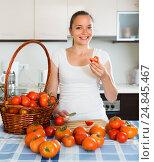 Купить «Woman at kitchen with tomatoes on the table», фото № 24845467, снято 19 ноября 2018 г. (c) Яков Филимонов / Фотобанк Лори