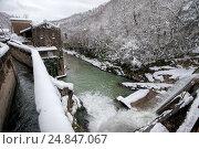 Вид на потоки воды старой заброшенной Беслетской гидроэлектростанции в Абхазии. Стоковое фото, фотограф Матвей Солодовников / Фотобанк Лори