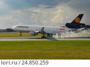 Купить «Посадка  Lufthansa, cargo», фото № 24850259, снято 1 июля 2007 г. (c) Air Nemo / Фотобанк Лори