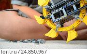 Купить «child plays with toy excavator», видеоролик № 24850967, снято 8 января 2017 г. (c) Володина Ольга / Фотобанк Лори
