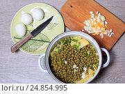 Купить «Салат оливье в процессе приготовления», эксклюзивное фото № 24854995, снято 13 января 2017 г. (c) Яна Королёва / Фотобанк Лори