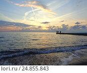 Купить «Морской прибой, рыбаки на пирсе, красивые закатные облака», фото № 24855843, снято 24 октября 2016 г. (c) DiS / Фотобанк Лори