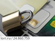 Metallic lock with smart card on laptop. Стоковое фото, агентство Wavebreak Media / Фотобанк Лори