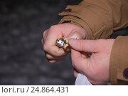 Мужчина поджигает петарду. Стоковое фото, фотограф Краснова Ирина / Фотобанк Лори