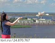 Девушка выпускает голубя из рук. Стоковое фото, фотограф Александр Басов / Фотобанк Лори