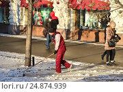 Купить «Рабочий коммунальной службы сгребает снег», эксклюзивное фото № 24874939, снято 11 января 2017 г. (c) lana1501 / Фотобанк Лори