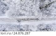 Купить «Внедорожник на зимней скользкой дороге в заснеженном лесу, вид сверху», фото № 24876287, снято 4 января 2017 г. (c) Кекяляйнен Андрей / Фотобанк Лори