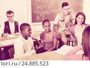 Купить «Girls and boys relaxing together between the classes», фото № 24885523, снято 17 ноября 2018 г. (c) Яков Филимонов / Фотобанк Лори