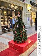 Купить «Дизайнерская новогодняя елочка от ювелирного магазина Pomellato в знаменитом торговом центре ГУМ. Москва», эксклюзивное фото № 24894563, снято 16 января 2017 г. (c) lana1501 / Фотобанк Лори
