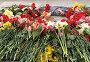 Цветы у подножия мемориала 1200 гвардейцам. Калининград, эксклюзивное фото № 24895363, снято 9 апреля 2008 г. (c) Ирина Борсученко / Фотобанк Лори